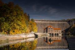 Centrale elettrica di energia idroelettrica con il reservior in Pilchowice Fotografia Stock