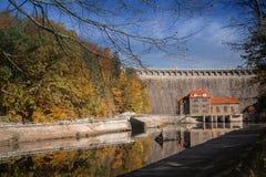 Centrale elettrica di energia idroelettrica con il reservior in Pilchowice Fotografie Stock