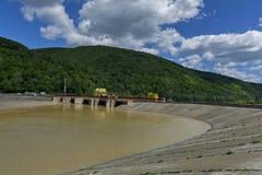 Centrale elettrica di energia idroelettrica costruita sul fiume di Olt in montagne carpatiche Immagini Stock