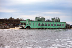 Centrale elettrica di ENERGIA IDROELETTRICA di Volchov stazione-idro sul fiume Volchov, Russia Fotografia Stock