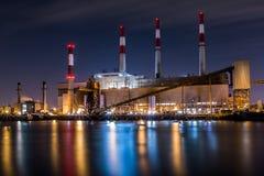 Centrale elettrica di Ravenswood alla notte immagine stock