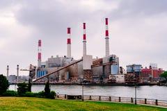 Centrale elettrica di Ravenswood in New York immagini stock