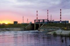 Centrale elettrica durante il tramonto Fotografia Stock