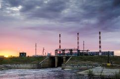 Centrale elettrica durante il tramonto Fotografie Stock Libere da Diritti