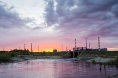 Centrale elettrica durante il tramonto Immagine Stock Libera da Diritti