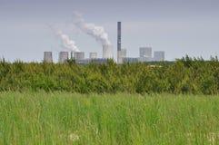Centrale elettrica e campo - inquinamento ed energia Fotografia Stock Libera da Diritti