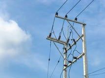 Centrale elettrica e cavi di alto potere dei pali di elettricità Immagini Stock