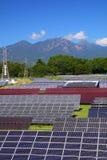 Centrale elettrica e montagna fotovoltaiche immagini stock