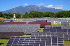 Centrale elettrica e montagna fotovoltaiche immagini stock libere da diritti