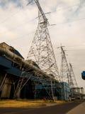 Centrale elettrica elettrica con le linee di trasmissione ad alta tensione Fotografia Stock Libera da Diritti