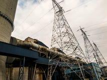 Centrale elettrica elettrica con le linee di trasmissione ad alta tensione Fotografie Stock Libere da Diritti