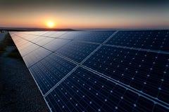Centrale elettrica facendo uso di energia solare rinnovabile Fotografie Stock Libere da Diritti