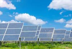 Centrale elettrica facendo uso di energia solare rinnovabile Fotografia Stock