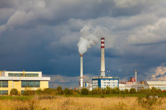 Centrale elettrica industriale con il fumaiolo Fotografie Stock Libere da Diritti