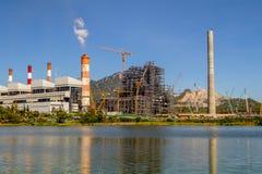 Centrale elettrica industriale con il fumaiolo, Mea Moh, Lampang, Thailan fotografie stock