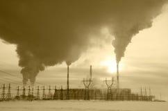 Centrale elettrica nel paesaggio freddo di inverno durante il tramonto Fotografia Stock Libera da Diritti