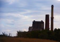 Centrale elettrica pensionata del carbone con i fumaioli Immagini Stock Libere da Diritti