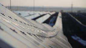 Centrale elettrica solare dell'energia alternativa nell'inverno video d archivio