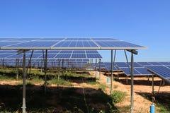 Centrale elettrica solare di PV nell'ambito della vista del pannello di PV Fotografia Stock