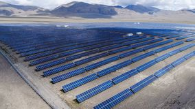 Centrale elettrica solare in una valle vicino alle montagne immagini stock libere da diritti