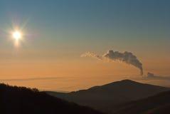 Centrale elettrica sotto la nebbia Fotografie Stock Libere da Diritti