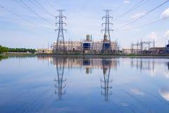 Centrale elettrica sul fondo del cielo blu immagini stock