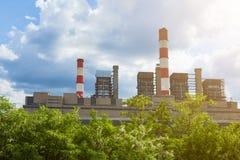 Centrale elettrica termica con i camini nella natura Immagini Stock