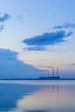 Centrale elettrica termica ed il lago al tramonto Fotografia Stock