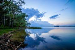 Centrale elettrica termica ed il lago al tramonto Fotografie Stock