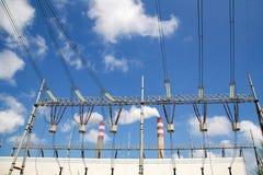 Centrale elettrica termica nei precedenti bianchi della nuvola del cielo blu Immagini Stock