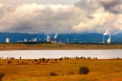 Centrale elettrica termica in repubblica Ceca, nella priorità alta il lago Fotografia Stock