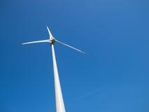 Centrale eolica e cielo blu Immagine Stock Libera da Diritti
