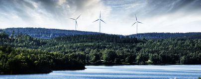 Centrale eolica nella regolazione beautyful del paesaggio Immagini Stock Libere da Diritti