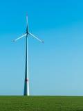 Centrale eolica su un prato verde Fotografia Stock