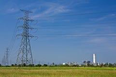 Centrale et lignes électriques photo stock