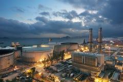Centrale et réservoir de stockage de pétrole Photographie stock