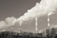 Centrale, fumée de la cheminée Image modifiée la tonalité photo libre de droits