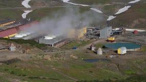 Centrale géothermique de Mutnovskaya, nuages montants de vapeur des tuyaux banque de vidéos