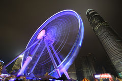 Centrale Hong Kong-nachtmening met nieuw ferriswiel Stock Foto's