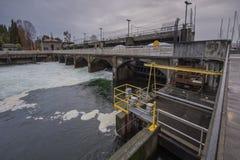 Centrale hydroélectrique de barrages et de portes Photographie stock libre de droits