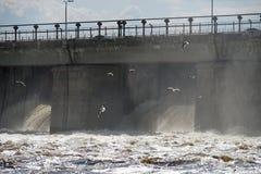 Centrale hydroélectrique de rivière photo libre de droits