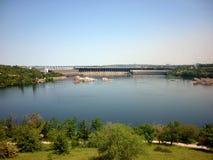 Centrale hydroélectrique La rivière Dniepr zaporozhye l'ukraine Images libres de droits