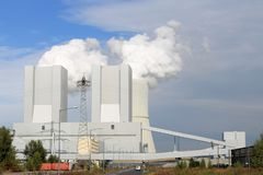 Centrale Liebenau avec le nuage de la fumée au-dessus des tours de bétail photographie stock