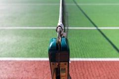 Centrale netto op groene tennisbaan Royalty-vrije Stock Afbeelding