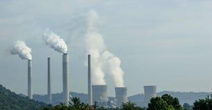 Centrale nucléaire avec des plumes de vapeur Image stock