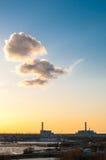 Centrale nucléaire avec les nuages jaunes ci-dessus photographie stock libre de droits