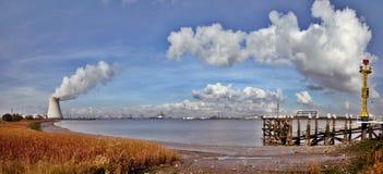 Centrale nucléaire dans la fumée de cheminée de port Image stock