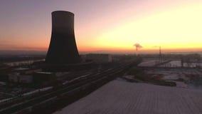Centrale nucléaire de tour de refroidissement et d'offgrid en différé dans Muehlheim Allemagne clips vidéos