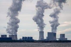 Centrale nucléaire sur la côte image libre de droits