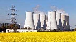 Centrale nucléaire, tour de refroidissement, champ de graine de colza Photo stock